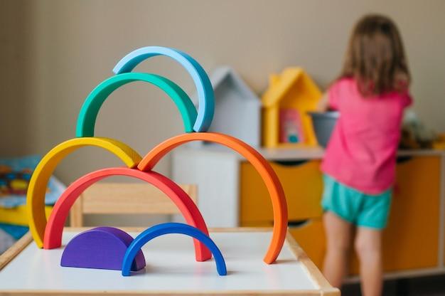 Arco iris de juguete de madera de colores sobre la mesa en la habitación de los niños. enfoque selectivo en el arco iris.