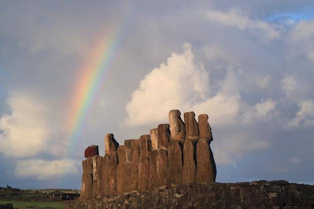 Arco iris sobre 15 estatuas moai gigantescas de ahu tongariki, isla de pascua, chile