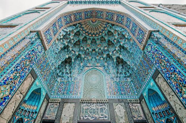 El arco de la mezquita en tonos azules está hecho del mosaico de la religión islámica.