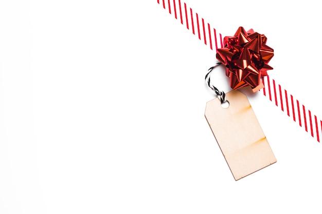 Arco de regalo con cinta y etiqueta.