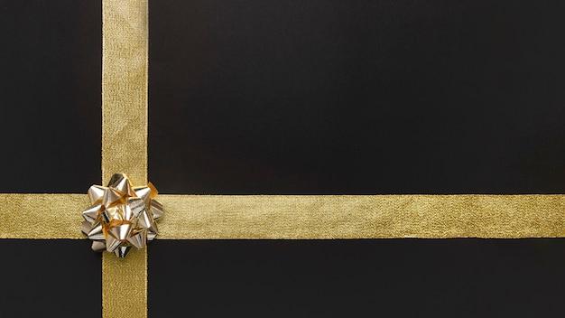 Arco de regalo con lazo dorado.