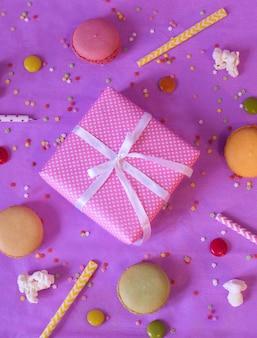 Arco de regalo y pila de macarrones