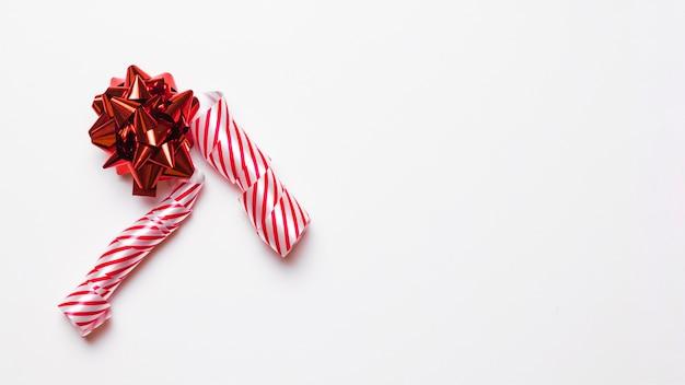 Arco de regalo rojo con cinta en la mesa