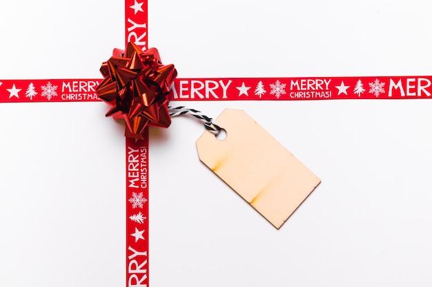 Arco rojo con tarjeta de felicitación para navidad