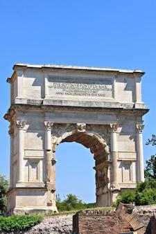 Arco de tito, las ruinas del foro romano, roma, italia