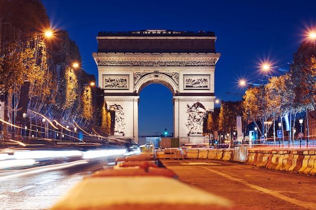Arco triunfal de la estrella en la noche
