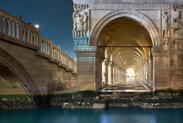 Arcos antiguos del palacio ducal en la plaza de san marcos en venecia, italia