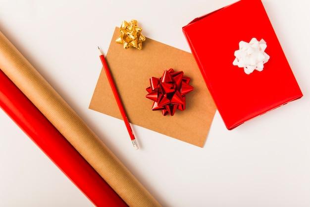 Arcos, caja de regalo en papel artesanal y lápiz.