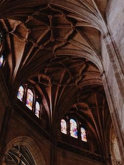 Arcos de la catedral iluminada en segovia, españa