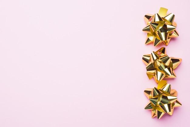 Arcos de navidad dorados. concepto de regalo saludos para cumpleaños