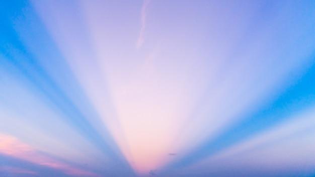 Ardiente cielo naranja puesta de sol. cielo hermoso.