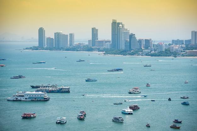 Área de la bahía del mar con ferry