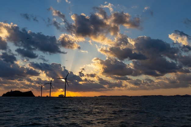 Área escénica costera de corea en un buen día al atardecer un generador eólico