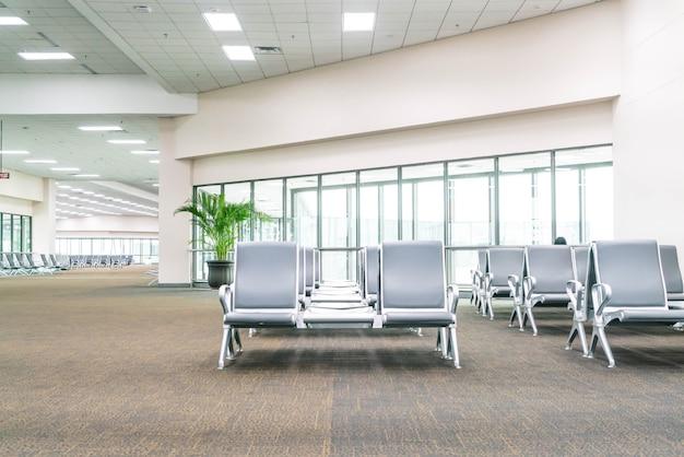 Área de espera vacía del terminal del aeropuerto