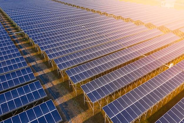 Área de fábrica de la industria células solares línea de energía verde eléctrica y paneles solares vista por encima