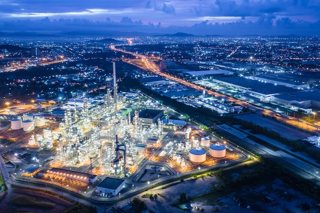 Área de industria de refinería de petróleo y gas en la noche