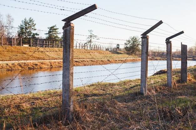 Área peligrosa cercada con cerca de alambre de púas