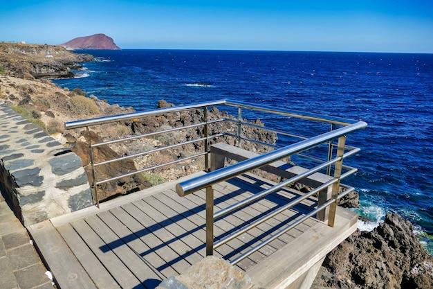 Área protegida por marcos metálicos frente al mar