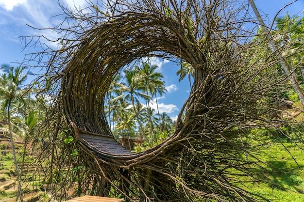 Un área de recreación de nidos de pájaros en la jungla cerca de las terrazas de arroz en la isla de bali, indonesia. concepto de naturaleza y viajes.