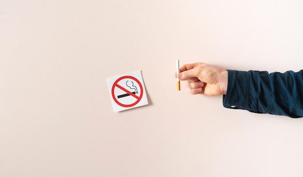 Un área de símbolo de etiqueta de restricción de no fumar en la pared en un lugar público