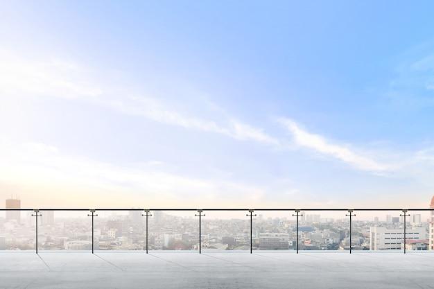 Área de terraza moderna vacía con vista a la ciudad