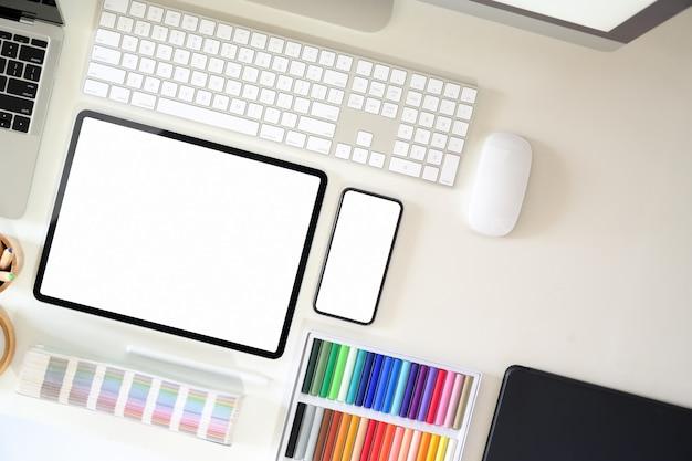 Área de trabajo del diseñador gráfico de vista superior con suministros creativos
