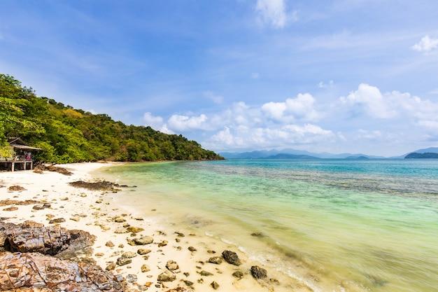 Arena blanca y cielo azul en playa tropical en la isla de koh wai, tailandia