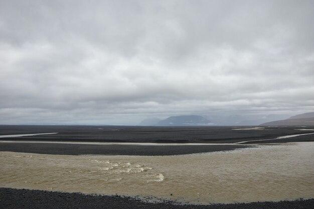 Arena marrón bajo nubes blancas