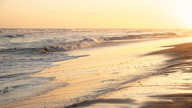 Arena de playa junto al océano pacífico