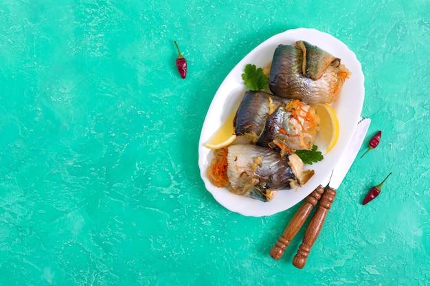 Arenque al horno relleno de verduras. deliciosos rollos de pescado. la vista superior