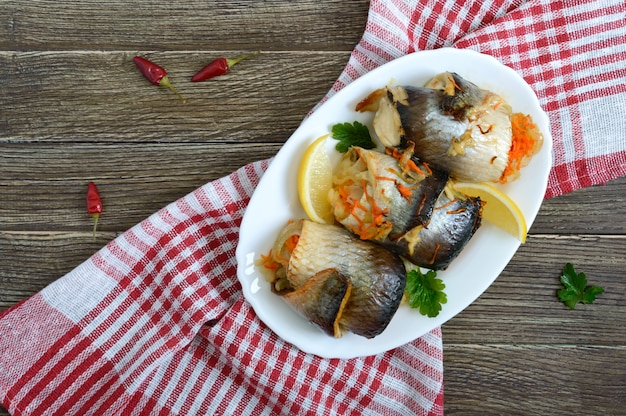 Arenque al horno relleno de verduras. sabrosos rollitos de pescado. la vista superior