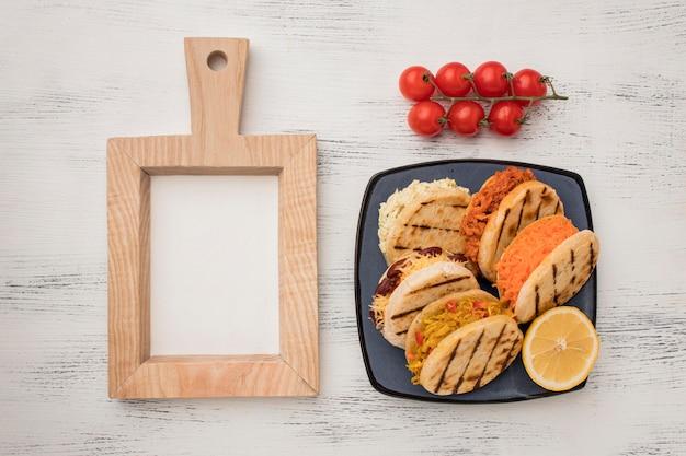 Arepas de vista superior en plato con tomates