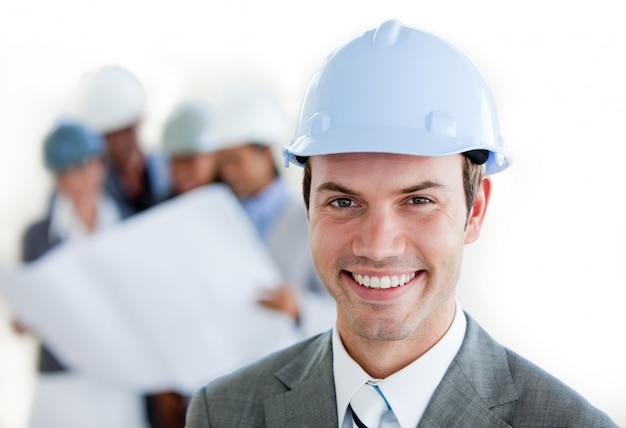 Arhitect sonriente con un casco