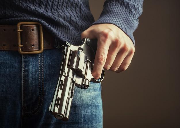 El arma en las manos.
