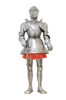 Armadura de caballero medieval sobre fondo blanco aislado