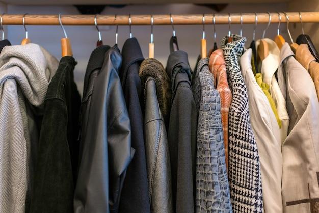 Armario lleno de ropa de diferentes colores, materiales y texturas, accesorios en el armario