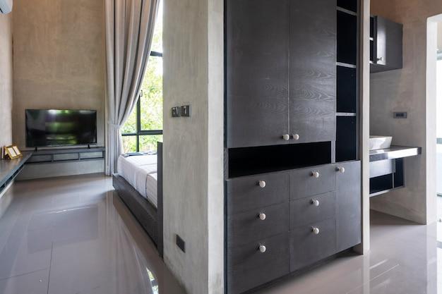 Armario a lo largo del pasillo en dormitorio moderno estilo loft