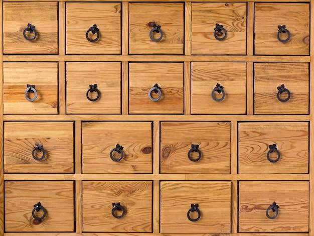 Armario de madera con cajones