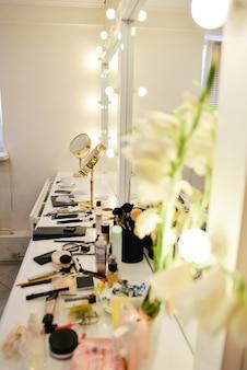 Armario con tocador de maquillaje y productos cosméticos.