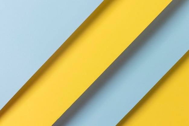 Armarios amarillos y azules alineados