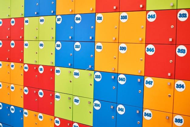 Armarios coloridos en compras moll. taquillas cerradas como fondo