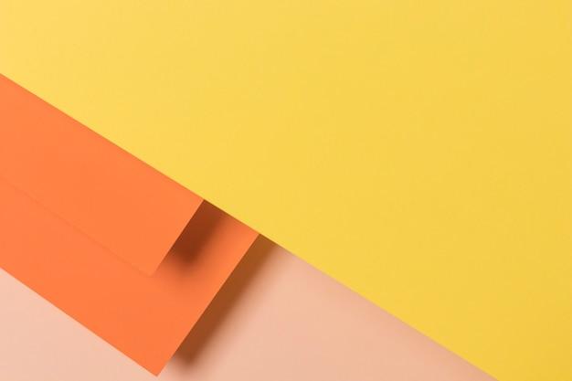 Armarios coloridos en mesa