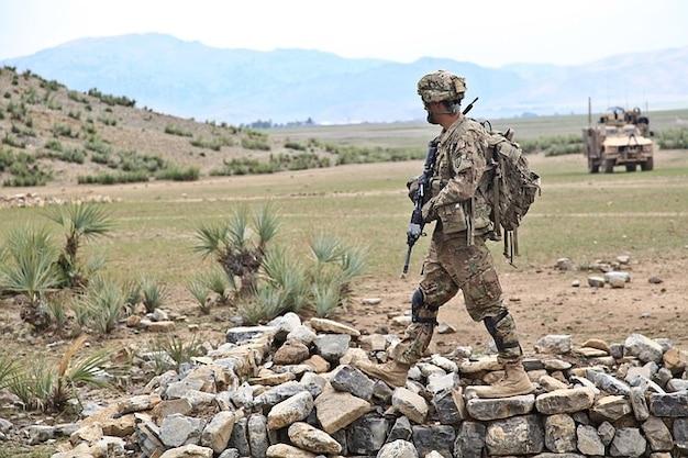 Armas de guerra del ejército patrouille peligroso afganistán