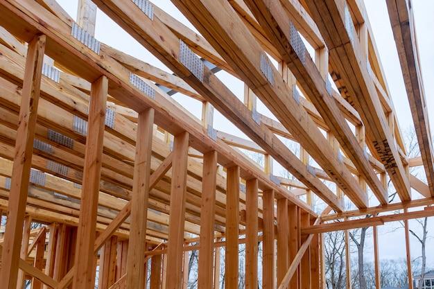 Armazón interior de una casa nueva en construcción.