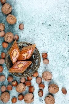 Armudu tradicional (taza de té) con pakhlava