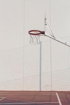 Aro de baloncesto en la cancha