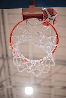 Aro de baloncesto y la pelota.