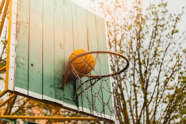 Aro de baloncesto en tabla de madera