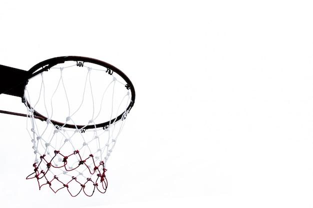 Aro de baloncesto visto desde abajo sobre fondo blanco.