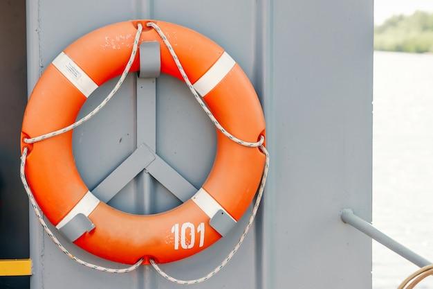 Aro salvavidas naranja en el barco